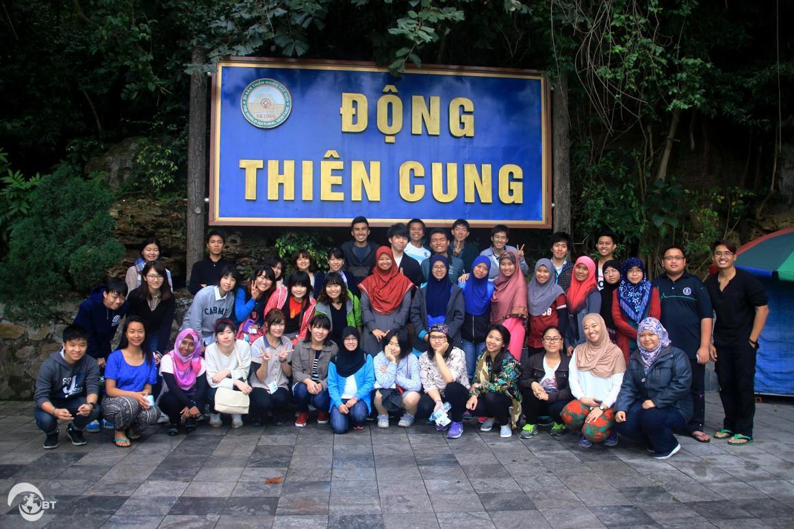 Cùng những người bạn Việt Nam và Brunei dễ mến, sinh viên Nhật Bản cũng có cơ hội khám phá Vịnh Hạ Long – 1 trong 7 kỳ quan thiên nhiên thế giới.