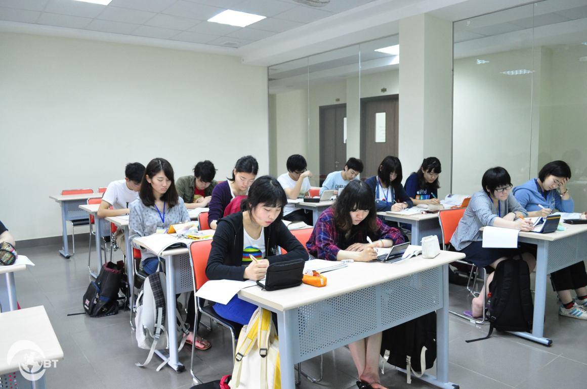 Sinh viên Đại học Shinshu (Nhật Bản) trong một giờ học tiếng Anh tại Đại học FPT, đây là nhiệm vụ chính của các bạn trong 3 tuần học tập tại Việt Nam.