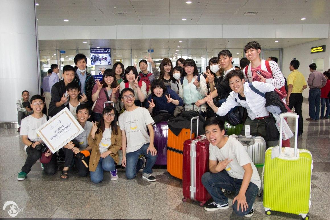 Trước đó ba tuần, ngày 21/3, ngay khi vừa bước chân xuống sân bay Nội Bài, các bạn sinh viên đến từ Đại học Shinshu (Nhật Bản) đã được chào đón và giúp đỡ bởi những người bạn Việt Nam thân thiện – đội sinh viên Banana Team (Đại học FPT).
