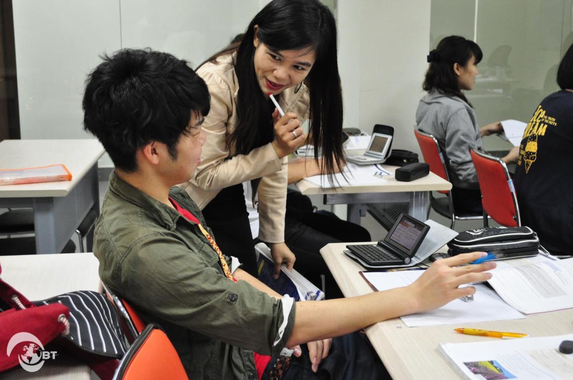 Cô Darlenne Pebris – Giảng viên người Philippnes của Trường Đại học FPT trong một tiết học tiếng Anh với sinh viên Nhật Bản.
