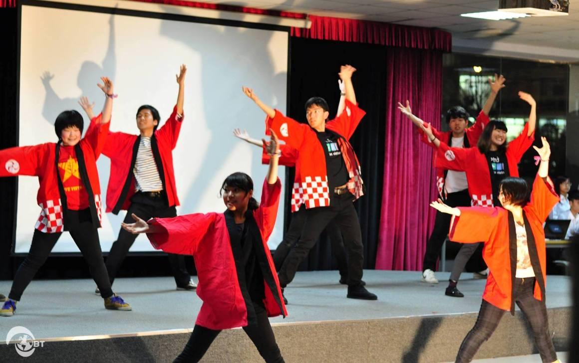 """Đồng diễn tiết mục múa truyền thống """"So-ran Bushi"""" của Nhật Bản tại Lễ tổng kết tối ngày 20/3."""