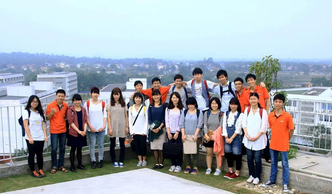 Đứng trên nóc tòa nhà Hiệu bộ, đoàn sinh viên cùng khám phá toàn cảnh Trường Đại học FPT từ trên cao.