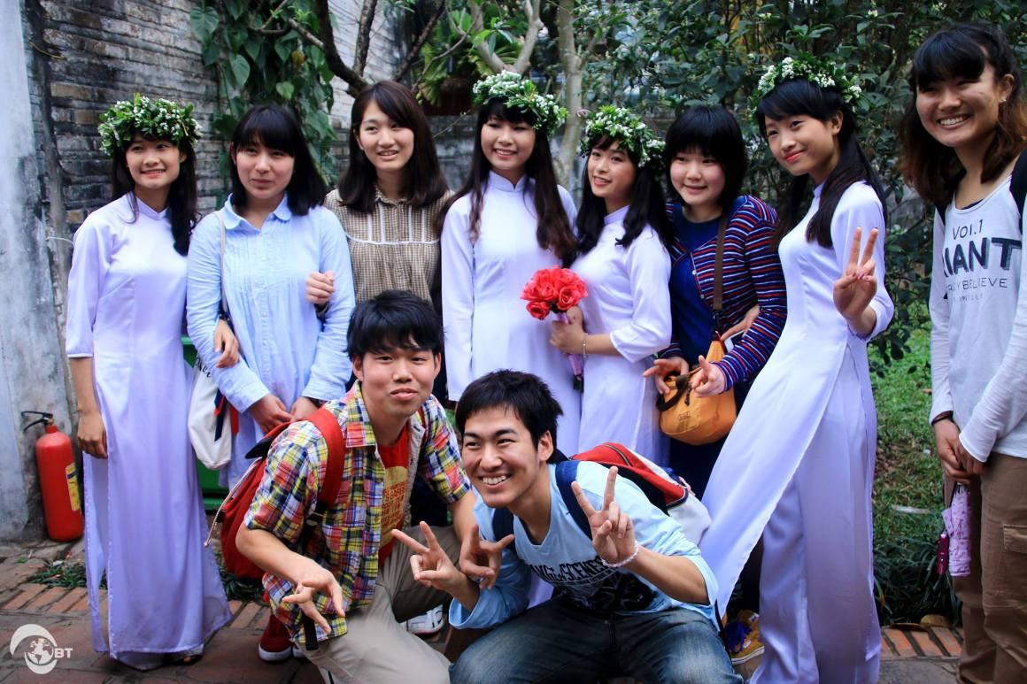 Trong thời gian ở Việt Nam, các bạn có cơ hội khám phá nhiều địa danh nổi tiếng trong khu vực Thủ đô Hà Nội và một số tỉnh thành lân cận. Trong ảnh là sinh viên Nhật Bản cùng các nữ sinh Việt Nam trong tà áo dài trắng tại Văn Miếu Quốc Tử Giám – Hà Nội City Tour ngày 1/3.