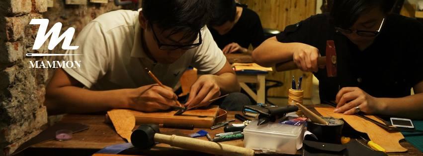 """Cửa hàng đồ da handmade của Dũng """"Dĩn"""" luôn thu hút đông đảo sự ghé thăm của các bạn trẻ và khách nước ngoài."""
