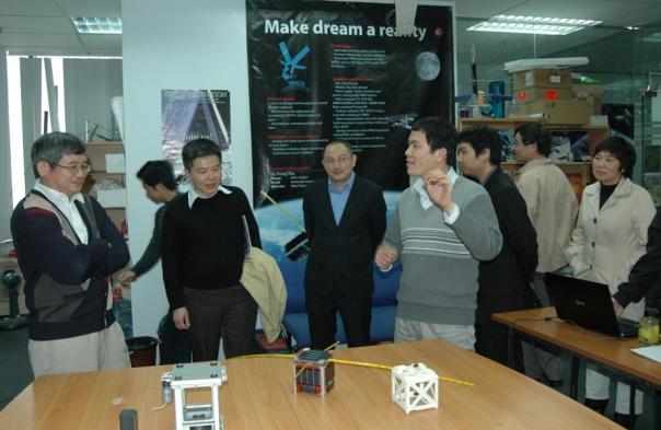 Giáo sư Ngô Bảo Châu, Lãnh đạo Tập đoàn FPT và Trường Đại học FPT tại Viện Nghiên cứu Công nghệ FPT.