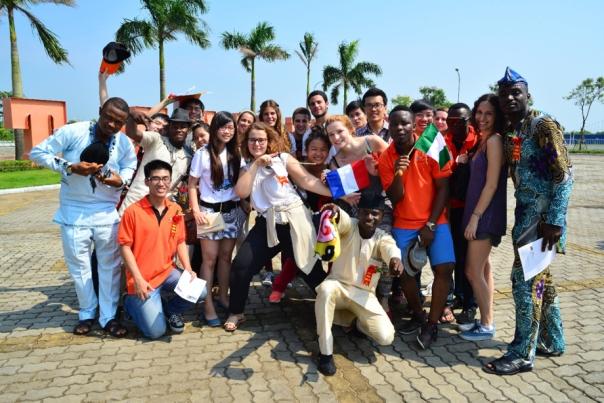 Sinh viên quốc tế trong Lễ Khai giảng tháng 9/2013. Hằng năm, Viện Đào tạo Quốc tế có hàng trăm sinh viên quốc tế đến theo học các chương trình ngắn hạn và dài hạn.