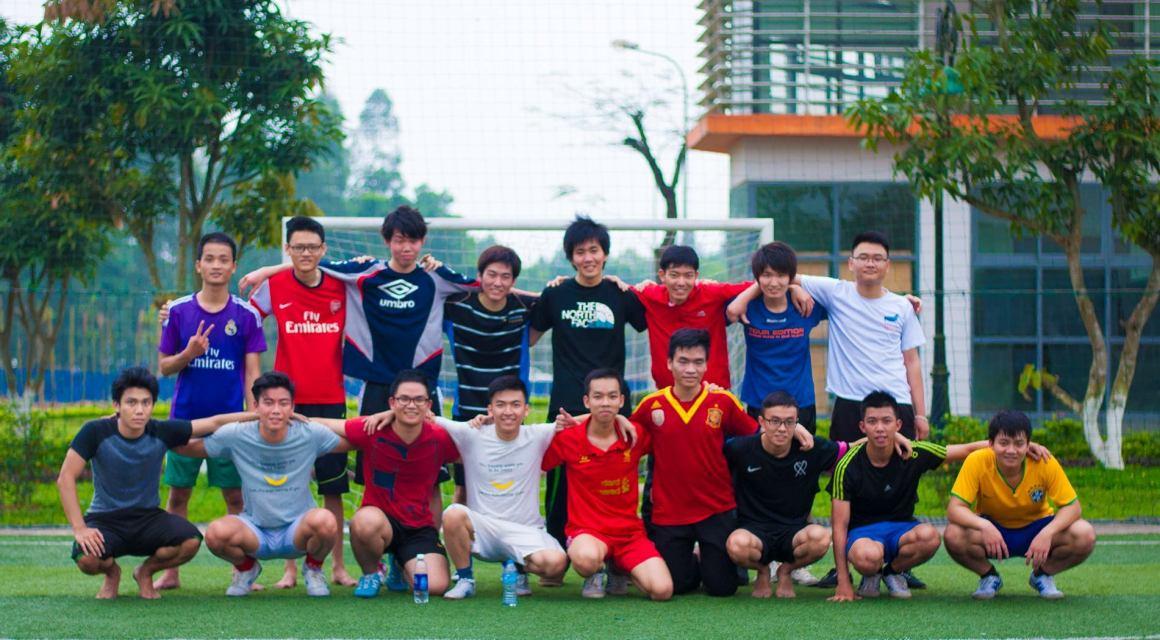 Cuộc sống tại Trường Đại học FPT không thể thiếu các hoạt động thể dục thể thao như thử đánh bóng bàn, giao hữu bóng đá cùng sinh viên FPT...