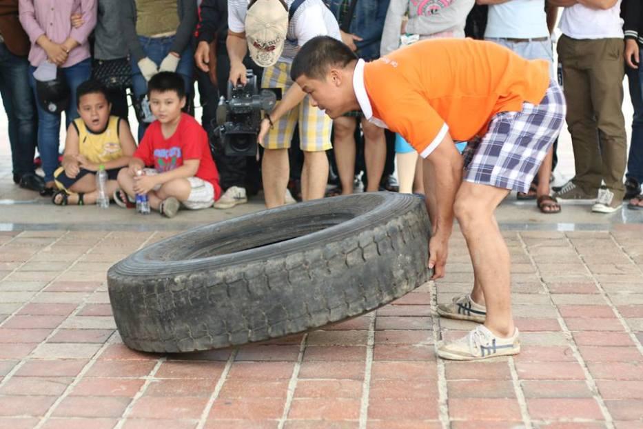 Giảng viên Giáo dục thể chất của FPT Polytechnic Đà Nẵng đang cố gắng vượt qua thử thách nâng lốp ô tô  60kg tối thiểu 15 lần trong vòng 1 phút.