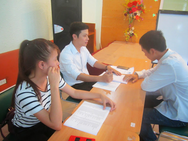 Sinh viên Cao đẳng thực hành FPT Polytechnic Hà Nội trả lời phỏng vấn nhà tuyển dụng.