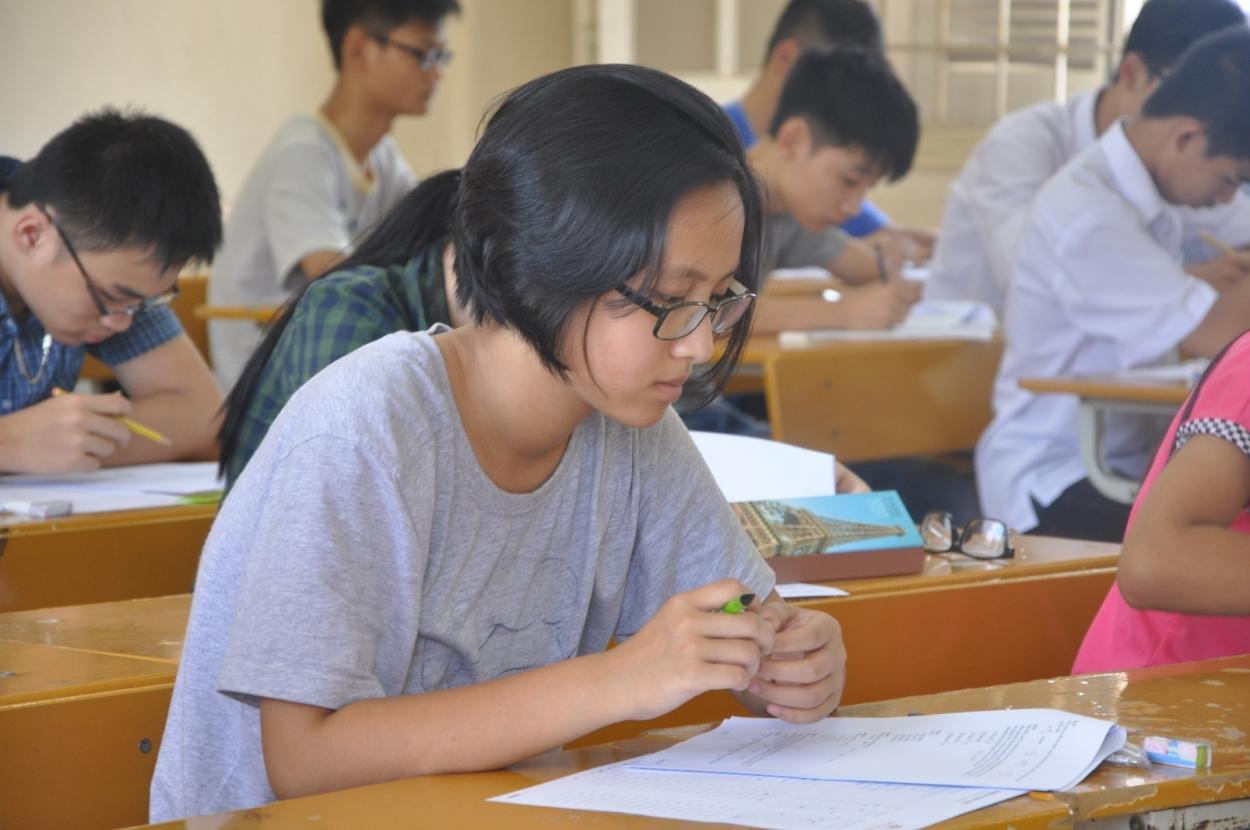 Học sinh làm bài tại Kỳ sơ tuyển ngày 1/6/2014 của Trường THPT FPT. Năm học 2015-2016, Trường tuyển 320 chỉ tiêu.