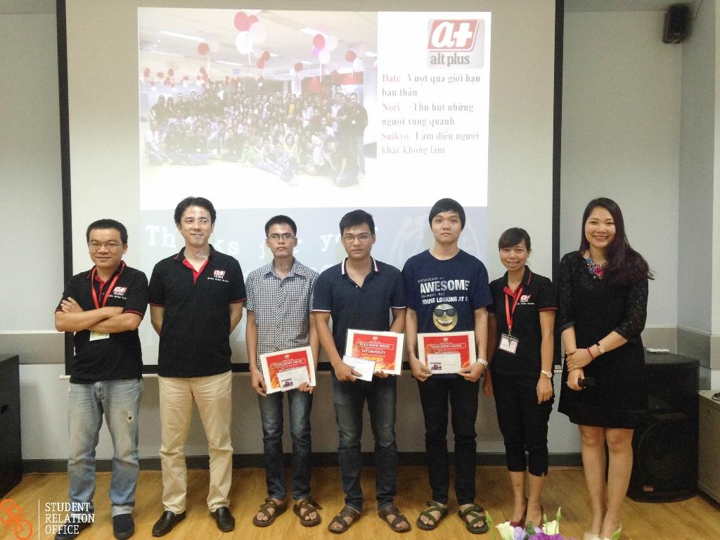 Đại diện Alt Plus Việt Nam và trường Đại học FPT trao học bổng cho 3