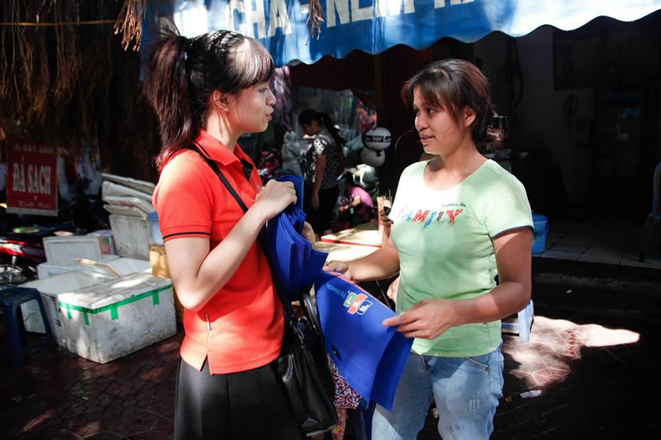 Mỗi nhóm sinh viên khi phát túi miễn phí tới người dân ở chợ, đều có nhiệm vụ truyền tải một thông điệp bảo vệ môi trường và cùng người dân hô vang khẩu hiệu đó.
