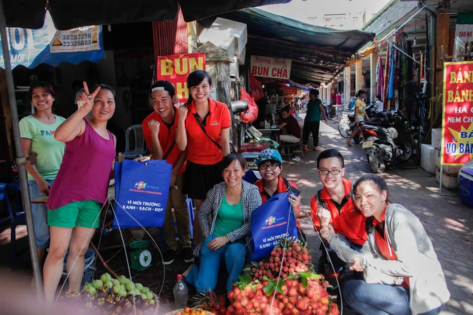 Chiến dịch tuyên truyền sử dụng túi bảo vệ môi trường của các bạn sinh viên Khối Liên kết quốc tế được người dân hoan nghênh và ủng hộ hết mình.