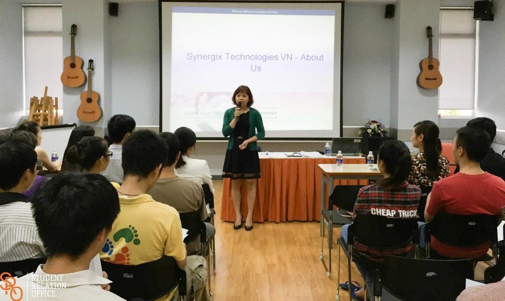 Chị Ngô Thị Hương – phụ trách Hành chính và Nhân sự Synergix Việt Nam chia sẻ các cơ hội việc làm tới các bạn sinh viên.