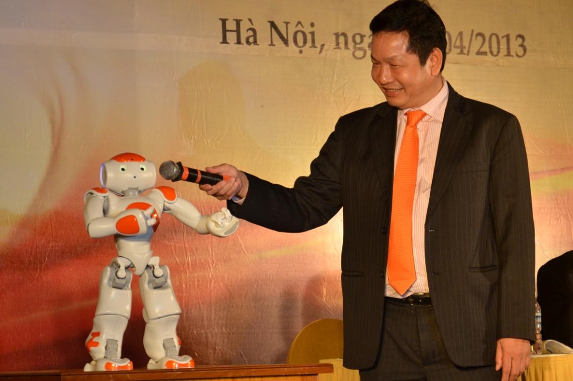 Hai chuyên ngành đào tạo của MSE do Tập đoàn FPT triển khai bao gồm: Quản trị dự án phần mềm và Phân tích Big Data. Ảnh: Chủ tịch HĐQT FPT Trương Gia Bình đang trò chuyện với robot Nao do FPT sản xuất. Ảnh: Chúng ta.