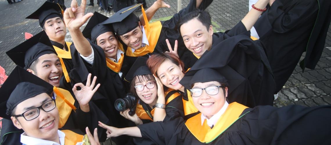 Ngay khi Lễ tốt nghiệp kết thúc, sinh viên FAI hào hứng đứng bên nhau chụp hình lưu niệm. Ngày đầu tiên trở thành tân khoa, chính thức rời ghế giảng đường với các bạn là một sự kiện thật sự ý nghĩa.