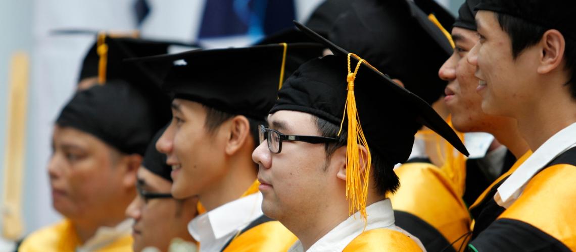 Nụ cười luôn thường trực trên môi và ánh mắt gần như không lúc nào rời khỏi bục vinh danh – nơi bạn bè mình lên nhận bằng tốt nghiệp.