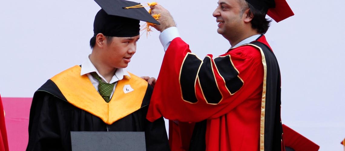 Nam sinh nhận bằng tốt nghiệp và hạnh phúc khi được TS. Raj Dass – Giảng viên Kinh tế, Đại diện trường Đại học Greenwich thực hiện nghi thức vắt giải mũ- nghi thức thể hiện bạn đã trưởng thành.