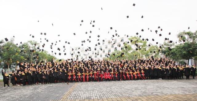 Nghi thức tung mũ trong Lễ Tốt nghiệp của sinh viên Trường Đại học FPT mang theo giấc mơ, khát vọng đổi thay của mình bay cao, bay xa và vững chắc trước bầu trời tri thức.