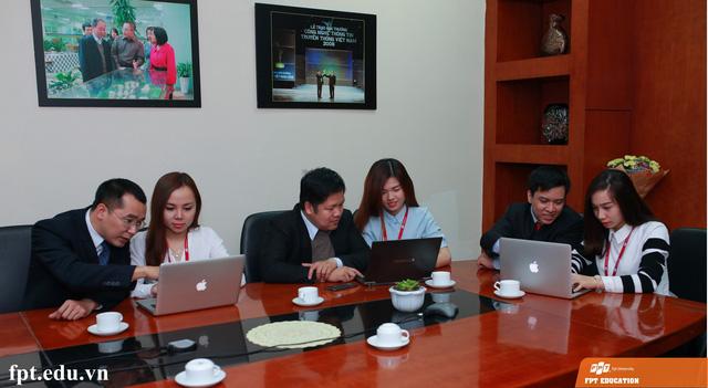 Các đại diện của Trường Đại học FPT, Cao đẳng thực hành FPT Polytechnic và Trung tâm Đào tạo Đại học Khối liên kết quốc tế FPT đang giải đáp những thắc mắc của độc giả báo Dân trí.
