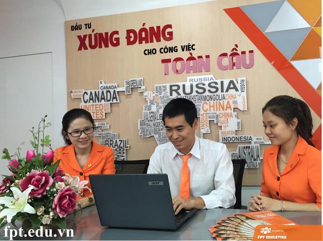 Th.S Vũ Chí Thành, Trưởng Ban Tuyển sinh Trường Đại học FPT đang trả lời các câu hỏi của độc giả báo Dân Trí.