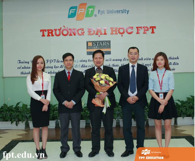 """Các đại diện của Trường Đại học FPT, Cao đẳng thực hành FPT Polytechnic Hà Nội và Trung tâm Đào tạo Đại học Khối liên kết quốc tế FPT tham gia buổi tư vấn chiều nay với chủ đề: """"Lựa chọn để thành công""""."""