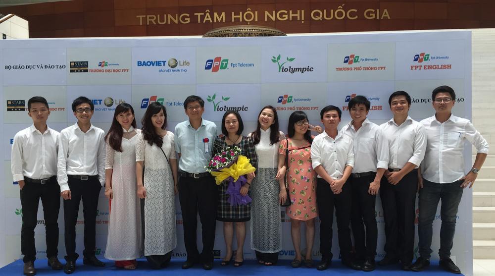 Chị Nguyễn Thị Ngọc - Giám đốc Trung tâm Hỗ trợ học đường (ĐH FPT) - Trưởng Dự án ViOlympic (người đứng thứ 6 từ phải sang) chia sẻ trước vòng thi số 15 cuộc thi ViOlympic năm học 2015-2016.